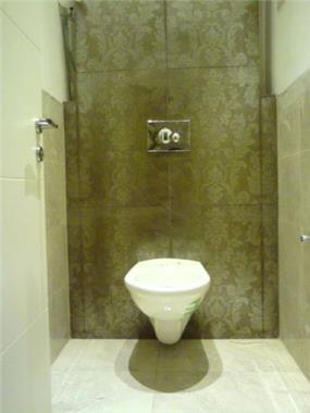 שירותי אורחים סמויים עם טפט בדוגמת תחרה. עיצוב: אדריכלות החן