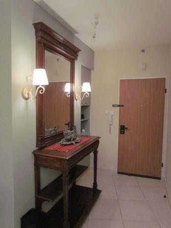מבואת כניסה בדירת מגורים בסגנון קלאסי ומזמין. עיצוב: INTERIORS
