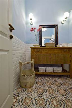 חדר שירותים בקליניקה טיפולית בשילוב ריצוף בסגנון רטרו. עיצוב: INTERIORS