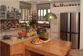 מטבח ופינת אוכל בעיצוב כפרי בתכנון של דניאל ברק