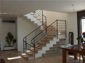 מבט עומק אל וילה בדגש על מדרגות הפנים בתכנון אדריכלי של טי.אל.וי סטודיו