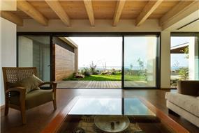 תקרת עץ בסלון המשקיף לנוף עוצר נשימה.