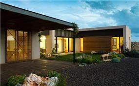 מבט לילי לגינה וחזית האחורית של הבית