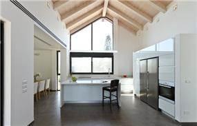 חלל מגורים גבוה, תקרת עץ דו שיפועית בעיצוב מודרני