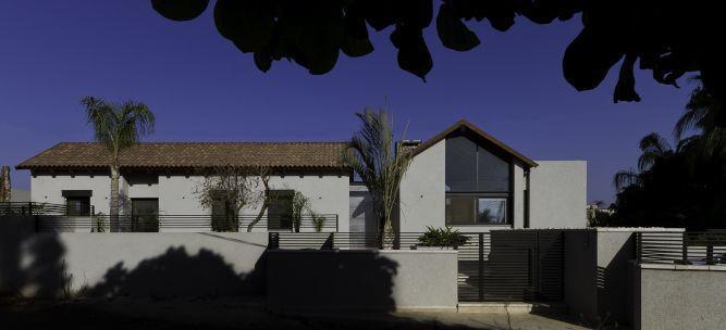 חזית מהרחוב גג רעפים קלאסי משולב בעיצוב מודרני.
