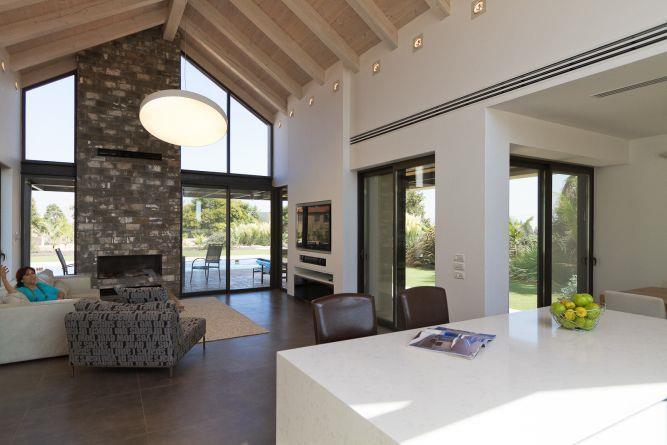 מטבח פתוח בעיצוב מינימליסטי מבט לעבר הסלון
