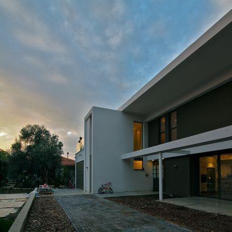 חזית בית בסגנון מודרני,  עיצוב Saab Architects