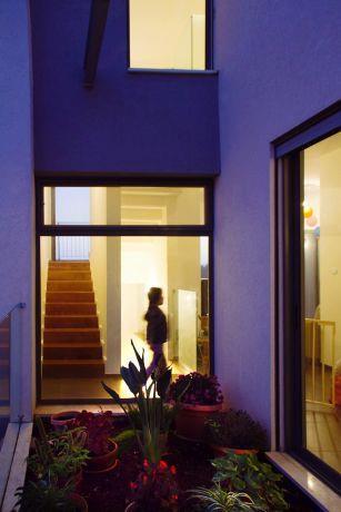 מבט מבחוץ אל פנים הבית, אל מבואת הכניסה והמדרגות. עיצוב: Saab Architects