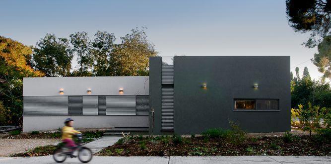 חזית בית שתוכננה בסגנון מודרני תכנון: Saab Architects