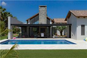 מבט מכיוון הבריכה אל צד הבית בעיצובהחזית האחורית ותכנון של saab architects