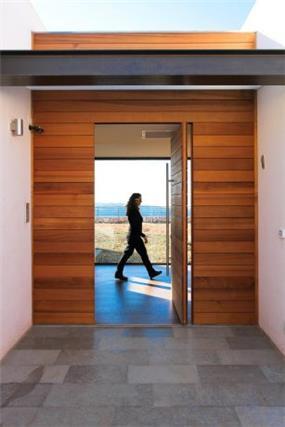 חיפוי עץ במבואת כניסה לבית,  עיצוב Saab Architects