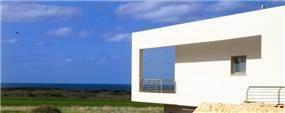 מבט מבחוץ על המרפסת המשקיפה לנוף. עיצוב: Saab Architects