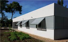 חזית דרומית כולל תריסים בפתיחה צירית המגנים על הפתחים תכנון: saab architects