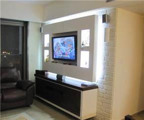 קיר טלוויזיה הכולל נישת גבס בשילוב תאורה. עיצוב: MHstudio