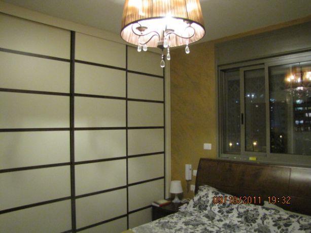 חדר שינה צבעוני וחם עם ארון במראה יפני. עיצוב: MHstudio
