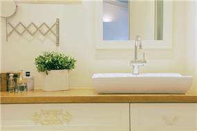 חדר אמבטיה בקו כפרי עדין, בבית פרטי ברמת השרון. עיצוב: טלי סטוף