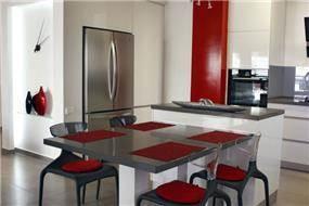 פינת אוכל בפנטהאוז ברמת השרון בצבעי שחור, לבן ואדום. עיצוב של טלי סטוף