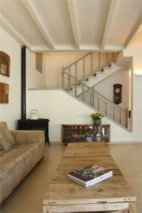 סלון ומדרגות בבית פרטי ברמת השרון, בעיצוב של טלי סטוף