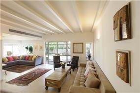 סלון בבית ברמת השרון בעיצוב מודרני, ביתי וחם. עיצוב: טלי סטוף