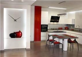 מטבח ונישת גבס המעוצבים בקו מודרני בצבעי שחור לבן ואדום. עיצוב: טלי סטוף