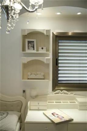 מבט אל מדפי הקיר המעוצבים בחדר ילדים בסגנון וינטאג' בעיצוב ותכנון  של ג'ני דיין