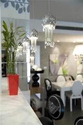 פריטי תאורה להשלמת המראה העיצובי מעל בר הממוקם במטבח בעיצוב ותכנון ג'ני דיין עיצוב פנים והום סטיילינג