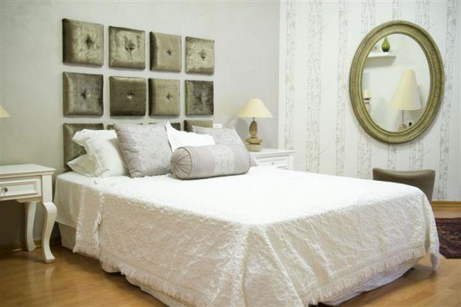 חדר שינה בעיצוב מקסים בקו עדין ורך וטפט תואם בעיצוב ותכנון של ג'ני דיין הום סטיילינג