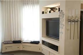 סלון מעוצב עם נישות גבס עם תאורה ועיטורים תואמים בעיצוב ותכנון של ג'ני דיין הוםסטיילינג