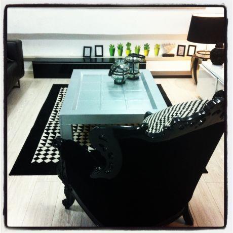 סלון בגוונים שחור לבן קלאסיים - בעיצוב ג'ני דיין