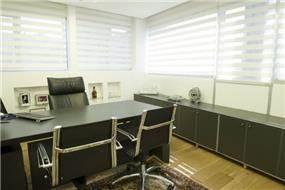 משרד מעוצב בסגנון יוקרתי עם נישות גבס כמדפים