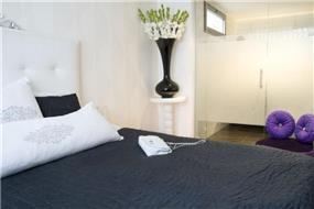 חדר שינה משולב מקלחון בעיצוב מרשים ויוקרתי של ג'ני דיין הוםסטיילינג