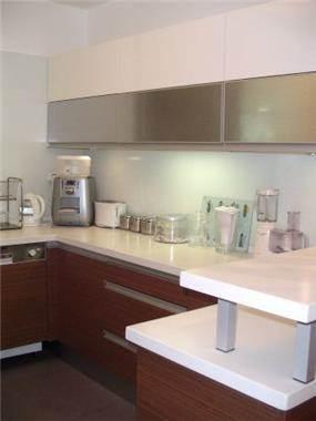 מטבח מתוכנן בקו נקי בשילוב חומרים מגוונים, ג'ני דיין - הום סטיילינג