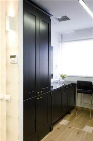 מבט אל ארון ובר המטבח בעיצוב ותכנון של ג'ני דיין