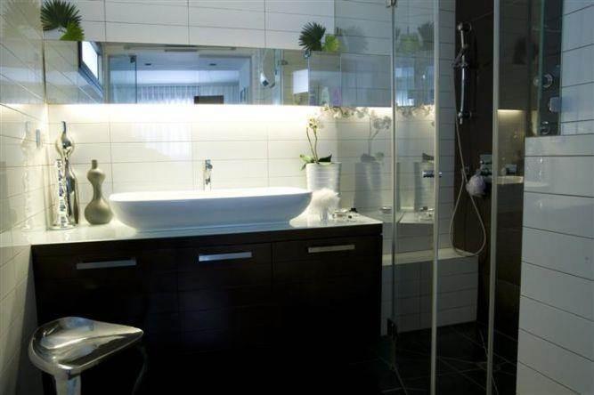 חדר אמבט מעוצב עם הקפדה על פריטי ההום סטיילינג ותאורה נסתרת בעיצוב ותכנון של ג'ני דיין