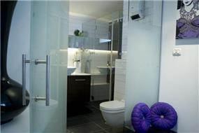 מבט אחר אל חדר אמבט בעיצוב של ג'ני דיין