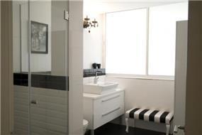 חדר אמבט מעוצב בקו מודרני בעיצוב ותכנון של ג'ני דיין