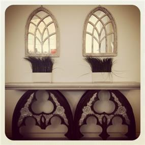 מראות מסוגננות יוצרות תחושה של פתחים בקיר