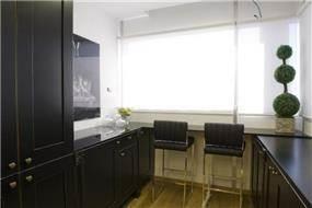 בר מודרני במטבח בדגש על הצבע השחור והיוקרתי בעיצוב ותכנון של ג'ני דיין