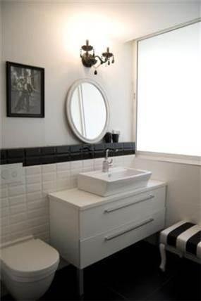 חדר אמבט מעוצב בשילוב קיר בריקים בגווני שחור ולבן למראה מושלם  בעיצוב ותכנון של ג'ני דיין