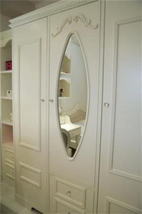 מראה מעוצבת בארון הממוקם בחדר ילדים בעיצוב ותכנון של ג'ני דיין