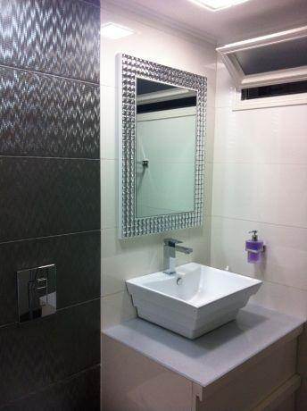 חדר אמבטיה בגווני אפור ולבן, ג'ני דיין - הום סטיילינג