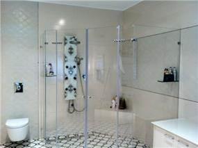 מקלחון מרווח מאוד בסוויטת הורים בהשראת ספא בבית מלון