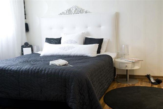 חדר שינה בעל מיטה בשילוב קפיטונאג' למראה יוקרתי בעיצוב ותכנון של ג'ני דיין