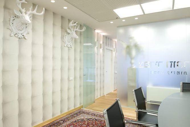 חדר ישיבות מעוצב עם טפט קיר ואביזרים להשלמת המראה העיצובי בעיצוב ותכנון של ג'ני דיין