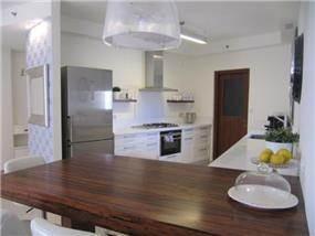 מטבח לבן בשילוב עץ ונגה, עיצוב פילצקי עיצובים