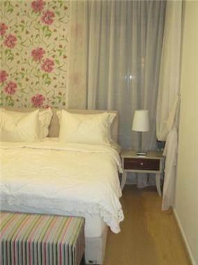 טפט והדום בגווני ורוד וירוק בחדר השינה, עיצוב פילצקי עיצובים
