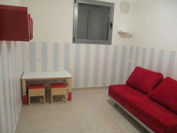 שילוב צבעים של אדום ותכלת בחדר ילדים, בעיצוב פילצקי עיצובים