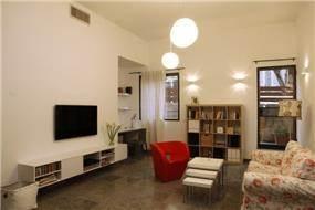 סלון מודרני בדירה תל אביבית בעיצוב ותכנון זוהר רוזנפלד