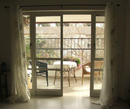 מבט מהסלון לכיוון המרפסת