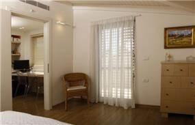 מבט מחדר השינה לכיוון חדר העבודה בעיצוב זוהר רוזנפלד